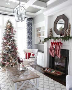 If only we could trade places with Santa so that we could spend time in @erin_sunnysideup's beautiful living room!