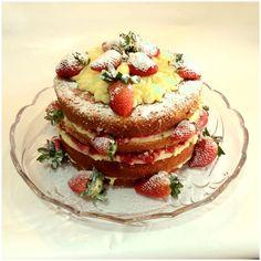 Naked cake de morangos com recheio de creme de confeiteiro e geleia de morangos caseira.