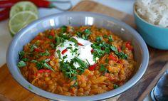 Indisk linsegryte – eller dal – er en billig, sunn og rask middag som er perfekt til kjøttfri mandag. Server gjerne med yoghurt, lime, chili og koriander!