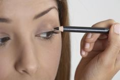 Woman applying makeup - zoomphotographics/Stockbyte/Getty Images The right way to wear eyeliner How To Use Eyeliner, Perfect Eyeliner, Perfect Eyes, How To Apply Mascara, How To Apply Makeup, Applying Mascara, Applying Eye Makeup, Eye Makeup Tips, Makeup Hacks