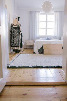 wood floors, lots of light, lovely bedroom Comfy Bedroom, Dream Bedroom, Apartment Design, Apartment Living, Design Your Dream House, House Design, Blog Deco, Loft, Beautiful Interiors