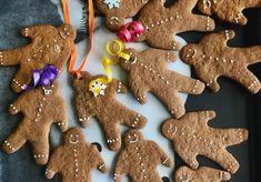 Εύκολα μπισκότα τζίντζερμπρεντ - gingerbread men cookies - χωρίς αυγά, με γρήγορο γλάσο. Μελαψά, μελένια, τραγανά και αρωματισμένα με μπαχαρικά. Gingerbread Man, Gingerbread Cookies, Sweet, Desserts, Food, Pac Man, Beautiful, Ginger Cookies, Postres