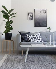 Uusi pehmeä sävy Tikkurilan Valkoinen valaisi Oblik-blogin Jutan olohuoneen.