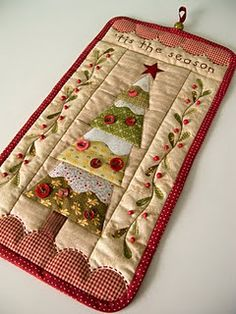 Small Christmas quilt via Patchwork Pottery Mini Quilts, Small Quilts, Noel Christmas, Christmas Projects, Christmas Desktop, Christmas Patchwork, Christmas Applique, Christmas Fabric, Patchwork Quilting