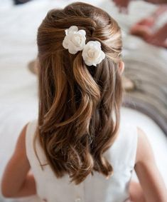 frisuren the hairstyle of a little princess with two flowers in her hair - girl hairstyles Wedding D Little Girl Wedding Hairstyles, Simple Wedding Hairstyles, Flower Girl Hairstyles, Trendy Hairstyles, Childrens Hairstyles, Kids Updo Hairstyles, Little Girl Updo, Hairstyle Names, Bridesmaid Hairstyles