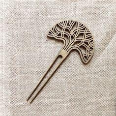 Купить или заказать Шпилька для волос 'ДУБ' в интернет-магазине на Ярмарке Мастеров. Заколка шпилька выполнена в виде кроны дуба. Изготовлена из фанеры, окрашена в цвет состаренного дуба и покрыта влагостойким матовым лаком. Дизайн в стиле японской шпильки для волос.