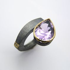 Anell de plata, or groc de 18q, dos diamants talla brillant i una ametista…