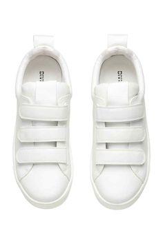 Tornacipő: Műbőr tornacipő tépőzáras szorítópánttal, nyelvének felső részén és szegélye körül enyhe párnázattal, hátul ripsz felhúzóhurokkal, szövetbéléssel és -talpbetéttel, gumitalppal.