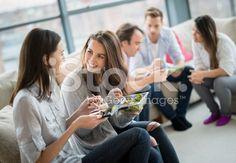 Gruppe von Freunden mit Abendessen – lizenzfreie Stock-Fotografie