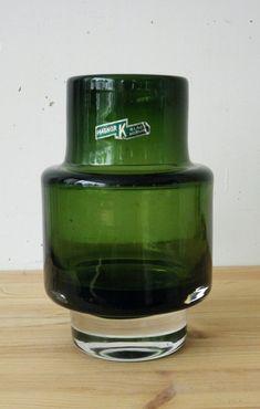 Magnor- Vakker K-Glass vase. vase i kunstglass- jevn fin grønn farge i glasset- slipt puntelmerke under. Merket med etikett- Magnor K-Glass Norway. H= 16 cm...Største dia= 9 cm.