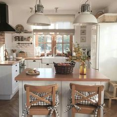 Na obrázku může být: stůl a uvnitř Country Kitchen Designs, Kitchen Room Design, Home Decor Kitchen, Kitchen Furniture, Kitchen Interior, Home Interior Design, Home Kitchens, Kitchen Remodel, Sweet Home