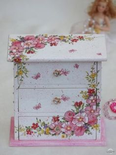 I will show you how to decoupage a lovely tea box from. I used decoupage glue and paper napkins. Diy Furniture Videos, Diy Furniture Table, Decoupage Furniture, Diy Furniture Plans, Painted Furniture, Decoupage Vintage, Decoupage Art, Jewelry Box Makeover, Wooden Painting