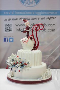 Torta cake design a tema Natalizio, realizzata con diverse tecniche fra cui pasta di zucchero, modelling, ghiaccia reale e isomalto