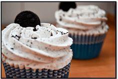 Cupcakes Oreo, Yummy Cupcakes, Cupcake Cookies, Oreos, Oreo Torta, Coke Cake, Gravity Cake, Muffins, Funny Cake