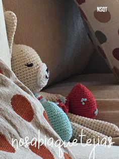 Conejita hecha por NSQT duerme feliz entre almohadones. Crochet Hats, Happy, To Sleep, Tejidos, Manualidades, Amigurumi, Knitting Hats