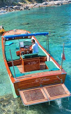 Bagni Tiberio Capri: spiaggia con ristorante a Capri. Runabout Boat, Classic Wooden Boats, Things To Do In Italy, Capri Italy, Wood Boats, Classic Motors, Rome Travel, Boat Design, Sail Away