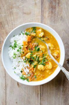 Opskrift på en lækker og krydret vegetarisk curry med røde linser og blomkål. Det er både nemt og hurtigt at lave, og så er det perfekt til en kødfri dag. Veggie Recipes, Indian Food Recipes, Asian Recipes, Vegetarian Recipes, Cooking Recipes, Healthy Recipes, I Love Food, Good Food, Food Goals