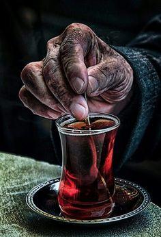 Anadolu'nun emektar insanları - resim - Best of Wallpapers for Andriod and ios Turkish Tea, Old Faces, Caravaggio, Hand Art, Tattoo Life, Belle Photo, Beautiful Hands, Black And White Photography, Tea Time