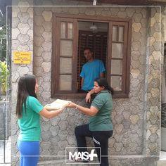 Ação de distribuição de lâminas do Supermercados Prezunic nos bairros.