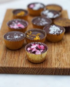 No-bake Snickerskake med cornflakes Mini Cupcakes, Baguette, Muffin, Food And Drink, Yummy Food, Baking, Breakfast, Desserts, Morning Coffee