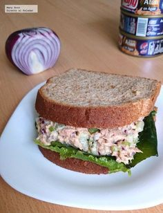 Classic tuna and celery salad. Lunch Snacks, Healthy Snacks, Healthy Recipes, Hamburgers, Fish Recipes, Mexican Food Recipes, Peruvian Recipes, Chapati, Tacos