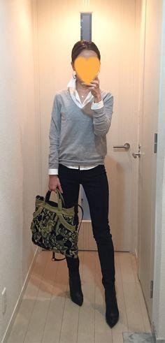 White shirt: martinique, Grey sweater: Virginia, Black pants: Sisley, Bag: JAMIN PUESH, Boots: Jimmy Choo