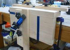 Very well done loose tenon router jig, based on Hylton's.