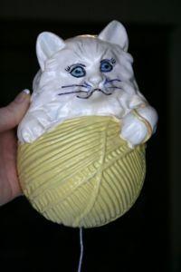 Kitty string holder