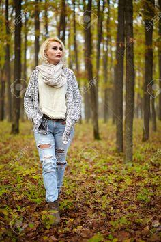 Mujer Rubia Caucásica Madura Al Aire Libre En El Bosque Fotos, Retratos, Imágenes Y Fotografía De Archivo Libres De Derecho. Image 34136325.
