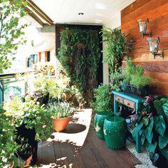 over mas,: Madeira de demolição na parede, jardim vertical e o q mais gostei foram os dois bancos chineses são pequenos, enfeitão e podem ser usados de assento ou mesa.