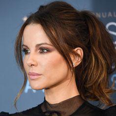 Über kurz oder lang müssen wir feststellen:Es gibt bestimmte Haarschnitte und Frisuren, die einfach jeder Frau schmeicheln. Weil sie jede