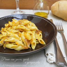 Le penne con zucca, speck e gorgonzola sono un primo piatto semplice e veloce ma con un gusto deciso.