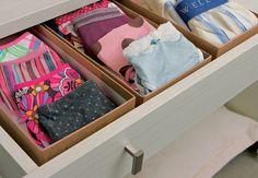 Use as caixas de sandálias rasteirinhas, que são baixas, para organizar nas gavetas as peças miúdas, como calcinhas e cuecas. Para ficarem ainda menores, ou da largura da caixa, dobre-as como se fosse um envelope