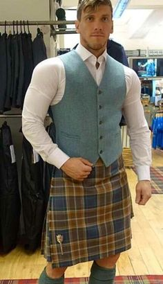Biceps and kilt. Scotish Men, Kilt Wedding, Tartan Men, Men In Kilts, Kilt Men, How To Make Shorts, How To Wear, Man Skirt, Good Looking Men