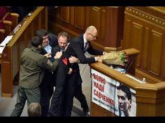 Арсению Яценюку подарили букет роз и вынесли с трибуны