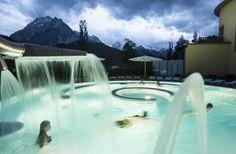 Met het belevenis- en gezondheidsbad Engadin Bad Scuol en het eerste Romeins-Ierse bad van Zwitserland heeft Scuol zich ontwikkeld tot één van de belangrijkste vakantie-, wellness- en gezondheidsbestemmingen in Zwitserland. n het Romeins-Ierse bad zijn twee traditionele Europese badculturen gecombineerd. Tijdens een bezoek volg je een parcours van circa 2,5 uur. Een vast ritueel met o.a. sauna, scrub, waterbaden van verschillende temperatuur en een massage (met keuze uit 3 soorten).