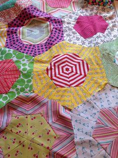 Kites making hexagons .... Picnic Blanket, Outdoor Blanket, Kite Making, Kites, Hexagons, Tree Skirts, Quilt Blocks, Scrap, Christmas Tree