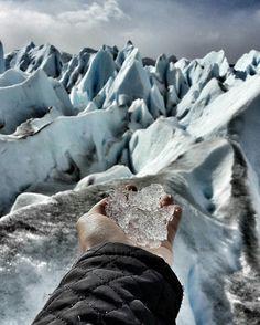 """@jovensnomades -  Umas das maiores curiosidades é como aquela neve toda se compacta e vira essas montanhas de gelo. Dura anos!!! Pois éo Glaciar Perito Moreno está em constante movimento e mesmo """"derretendo"""" é o único Glaciar que mantém seu tamanho no mundo!  Como não se encantar!? . #achadosdasemana #adventureculture #aquelasuaviagem #arountheworld #beautifuldestinations #beautifullpllaces #brazilgram_ #brazilworldoficial #caprichastes #go_herolife #goprobr #goprobrasil #loucosporviagem…"""