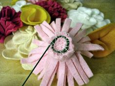 felt flower tutorial - how to attach wire stems to the back of the flowers Felt Flower Bouquet, Fabric Flower Brooch, Fabric Flowers, Zipper Flowers, Ribbon Flower, Tissue Paper Flowers, Paper Roses, Handmade Flowers, Diy Flowers