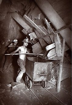 Work: A bare-chested man works at a mining shaft On link: Rare early flash photography images of Cornish miners digging for tin in reveal the perilous conditions in which they toiled. Old Pictures, Old Photos, Vintage Photos, Antique Photos, Flash Photography, Image Photography, White Photography, British History, American History