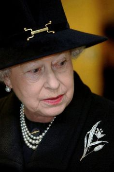 Queen Elizabeth II wears the City of London Lily Brooch on a visit to the Emergency Call Centre At The Hendon Police Centre in London, God Save The Queen, Hm The Queen, Royal Queen, Her Majesty The Queen, Queen Liz, Windsor, Commonwealth, Isabel Ii, Casa Real