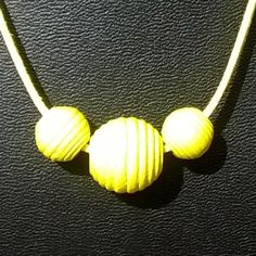 #halsketting met drie gele houten kraal op waxkoord met slotje (54cm) €5,00…
