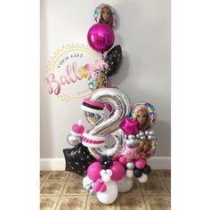 Birthday Balloon Decorations, Balloon Centerpieces, Birthday Balloons, Balloon Bouquet Delivery, Ornament Wreath, Ornaments, Balloon Display, Cinderella Birthday, Barbie Party