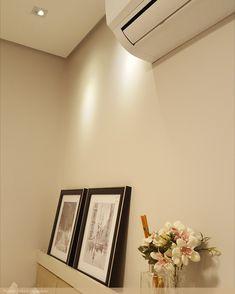 A iluminação do quarto precisa ser bem pensada para trazer conforto e aconchego.  O ideal é que, para o quarto, a iluminação seja indireta onde a luz é direcionada a uma superfície e então refletida a diversas direções, iluminando assim o ambiente de forma uniforme e suave, menos invasiva e mais agradável aos olhos.  Te conto outro tudo sobre iluminação do quarto, é só clicar na foto