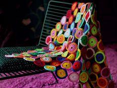 Veikeä Tikkari-peitto syntyy näppärästi värikkäitä pyörylöitä virkkaamalla.Malli: Pirkanmaan Kotityö, Katja LehtonenKoko: 65 x 105 cmTarvikkeet: Pirkanmaan Kotityön paksua Pirkka-lankaa tex 285 x 2 (1...