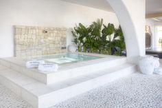 Spa con rebosadero perimetral en el showroom de Gunitec Pool Spa . #piscinas #pools #outdoor #outdoorliving #design #diseño #exterior #spa #wellness #arquitectura #showroom