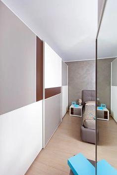 Armadio a tutta parete con un pattern dinamico nero-bianco-grigio eseguito su misura da #Semprelegno per una camera da letto in stile decisamente moderno. #cameramatrimoniale #madeinitaly #fitted #design #furniture #bedroomfurniture