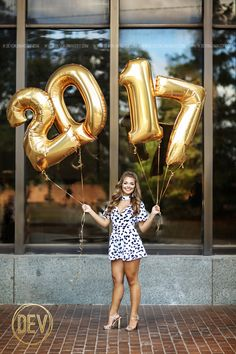 Senior picture portrait ideas with big gold mylar number balloons 2017!  www.devonjimagery.com 2016 Devon J. Imagery