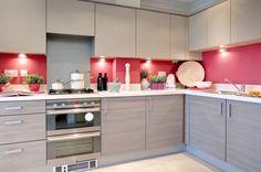 peinture cuisine rose avec dosseret gris et armoires en blanc cassé