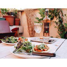 Revoilà une magnifique table de @liliinwonderland avec des tartes fines au pesto de roquette et comates fraîches !